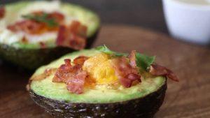 Huevos al Horno Sobre Aguacate con Queso o Tocino
